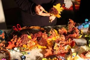 Blüten-Blätter-Sträuße-farbenprächtiger-Herbstkranz