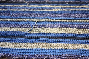 gehaekelter-badvorleger-blautöne-detail