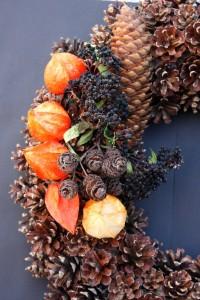 zapfen-kranz-lampionblumen-beeren