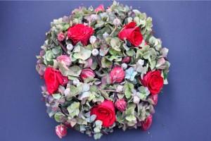 Herbstkranz-hortensien-rote-rosen-eukalyptus