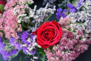 blumenkranz-herbstlich-detail-rote-rose