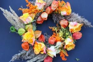 herbstkranz-gelb-orange-rosen-lampionblumen
