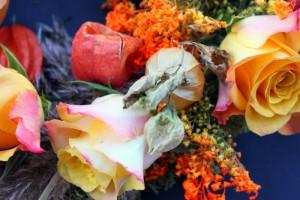 lampionblumen-gelbe-rosen-detail-herbstkranz