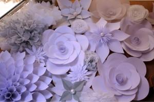 diy-wanddkoration-verschiedene-papierblumen