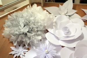 verschiedene-papierblumen-wanddeko