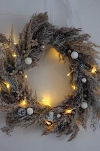 wanddeko-weihnachtskranz-naturmaterialien